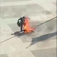 ¡Imágenes sensibles! Hombre se prende fuego frente a la sede del Gobierno de Uruguay